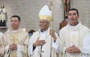 Newly ordained Fr. Gustavo López, left, and Fr. Edwin Ruiz, right, with Bishop Héctor Pizarro